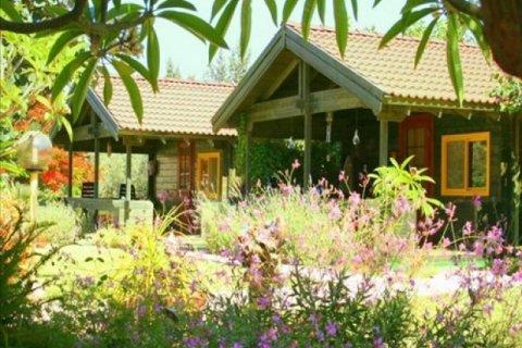 Ein HaBesor Apartments - זהר בדשא - מבט חיצוני על הבקתות